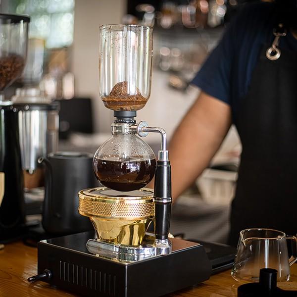 Kaffeemaschine_Barista_Kaffeesiphon_shutterstock_1698869485_600x600dpi